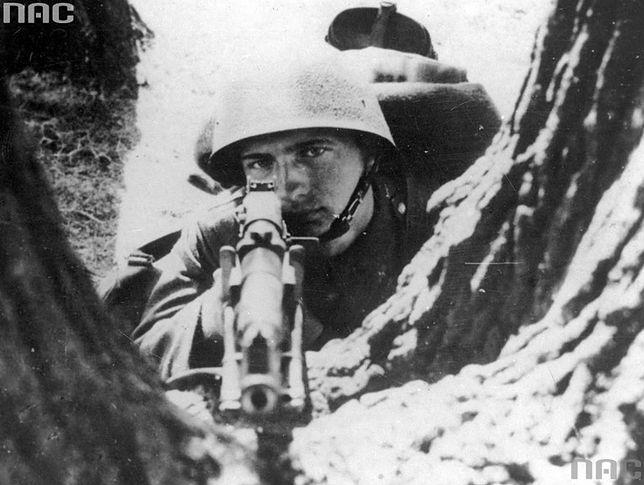 Żołnierz Wojska Polskiego Żołnierz w czasie wojny obronnej we wrześniu 1939 r. z ręcznym karabinem maszynowym Browning wz. 28
