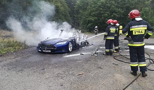 Pożar granatowej Tesli. Auto spłonęło pod Wałbrzychem