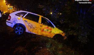 Śląskie. Policyjny pościg za pijanym kierowcą zakończony na drzewie