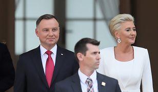 Andrzej Duda i Agata Kornhauser-Duda czekają na wiceprezydenta USA Mike'a Pence'a i jego żonę Karen Pence