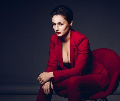 Czerwony garnitur dodaje pewności siebie i seksapilu - dobierz do niego czarne szpilki