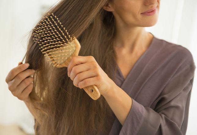 Włosy na szczotce to normalna rzecz, pod warunkiem, że nie jest ich dużo