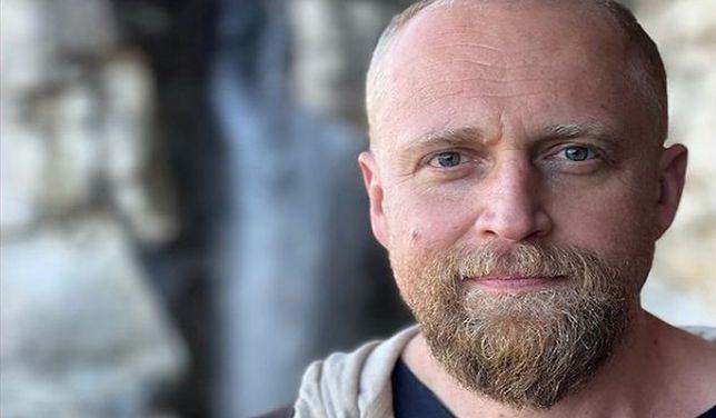 Piotr Adamczyk cieszy się z sukcesu serialu, w którym wystąpił.