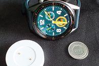 Huawei Watch GT - moje wrażenia - Wielkość zegarka i podstawki ładującej w porównaniu do jednozłotówki