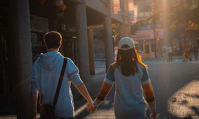 Oglądanie się za innymi może budzić konflikty w związku