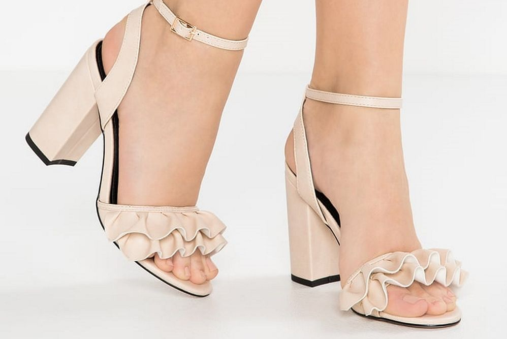 Najładniejsze beżowe buty na lato - naturalność to podstawa