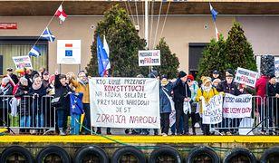 Zakłócali przemówienia Andrzeja Dudy. Policja z Wejherowa i Pucka sformułowana zarzuty.