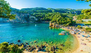 Piaszczysta plaża Agios Georgios leży w przepięknej zatoce