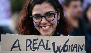 Uczestniczka demonstracji w Atenach