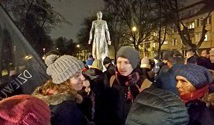 Protest przed pomnikiem księdza Jankowskiego w Gdańsku
