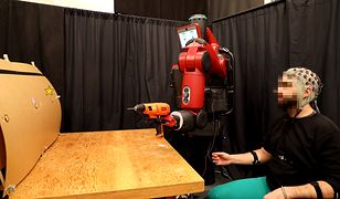 Za pomocą fal mózgowych oraz gestów, mężczyzna steruje robotem