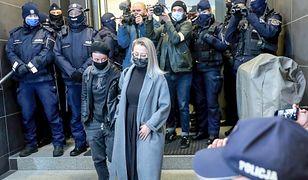 Strajk Kobiet. Dziennikarka Agata Grybowska przed komisariatem