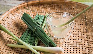 Trawa cytrynowa sprawdzi się nie tylko w azjatyckiej kuchni (123RF)
