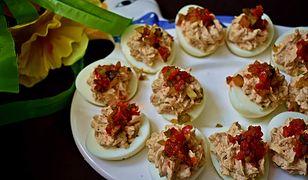 Jajka faszerowane tuńczykiem z ogórkiem konserwowym