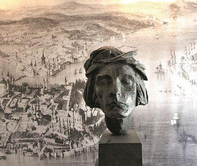 Głowa Adama Mickiewicza – kopia rzeźby Xawerego Dunikowskiego – na tle reprodukcji ryciny przedstawiającej Stambuł w XIX wieku; element starej (2005-2014) wystawy w domu na Tadli Badem