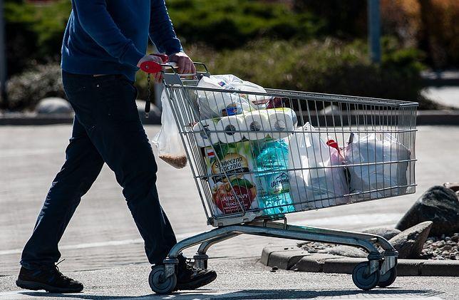 Skoro blisko połowa Polaków chce robić zakupy prawie na ostatnią chwilę, to może dojść do złamania rządowych wytycznych, a w konsekwencji do większego rozwoju zakażeń - mówi ekspert