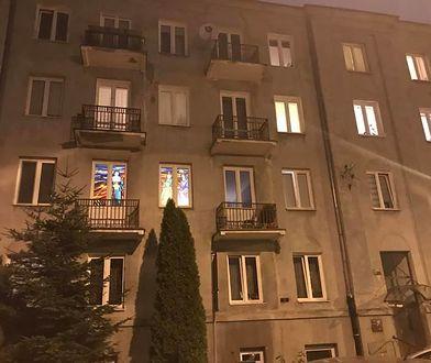 Gdy zapada zmrok, dwa okna na pierwszym piętrze zaczynają mienić się kolorami
