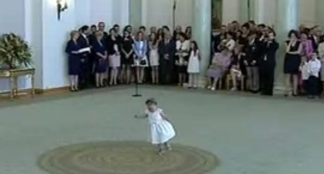 """Mała dziewczynka """"skradła"""" uroczystość w Pałacu Prezydenckim"""