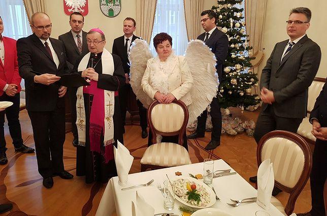 """Wigilia radnych w Zielonej Górze. Na spotkaniu """"objawił się"""" nowy aniołek Kaczyńskiego"""
