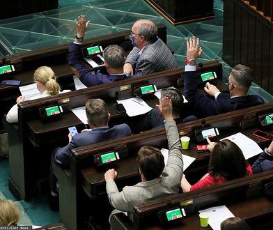 Sejm zagłosował. Posłowie PiS pozostają na stanowiskach