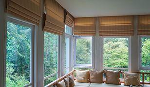 Rolety rzymskie doskonale nadają się do salonu z dużą liczbą okien