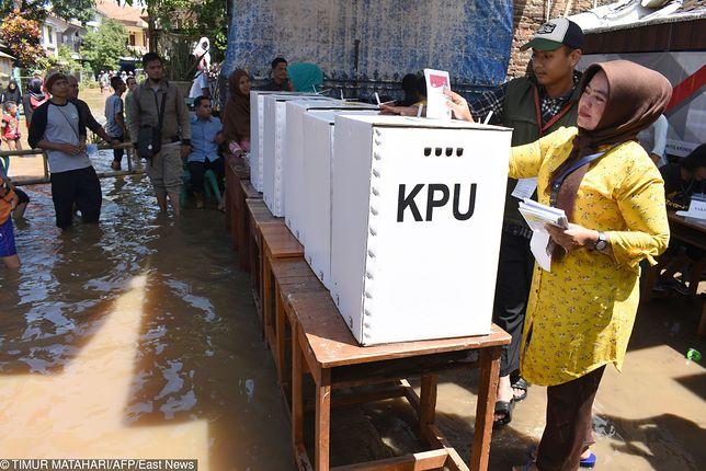Wybory w Indonezji. Urzędnicy umierali podczas liczenia głosów