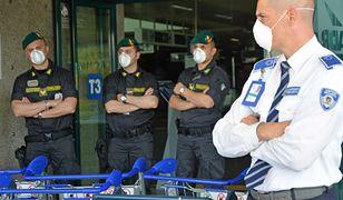 W terminalu lotniska Fiumicino w Rzymie obsługa w maseczkach