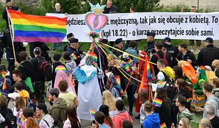 Grupa uczestników marszu szła z waginą imitującą Najświętszy Sakrament