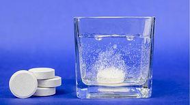Tabletki do protez mogą mieć wiele zastosowań. Sprawdź, do czego możesz ich użyć w swoim domu