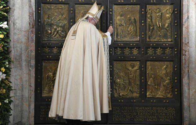 Papież Franciszek zamyka Drzwi Święte w Bazylice Watykańskiej