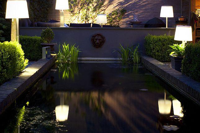 Ogród wychodzi z mroku. Wybieramy lampy ogrodowe