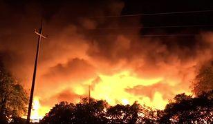 Z pożarem walczy 19 zastępów straży i 49 strażaków
