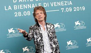 Mick Jagger pomógł koleżance na czerwonym dywanie w Wenecji. Miała problem z sukienką