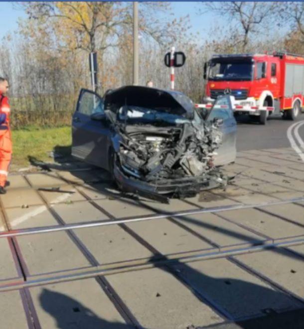 Brzeg w Opolskiem. Samochód osobowy zderzył się z pociągiem. Są ranni