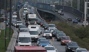 Warszawa. Pojazd ciężarowy utknął przed wjazdem do tunelu w Alejach Jerozolimskich