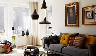 Dobre oświetlenie salonu wcale nie wymaga lampy wiszącej w centralnej jego części.