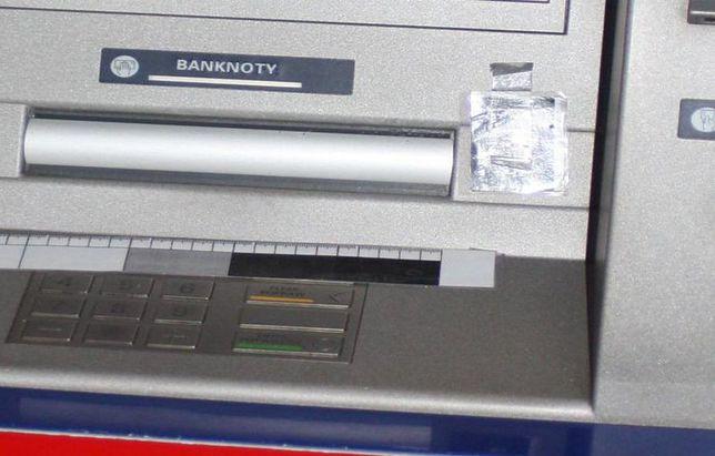 """Zakładał """"klejowe pułapki"""" w bankomatach. Wpadł na gorącym uczynku"""