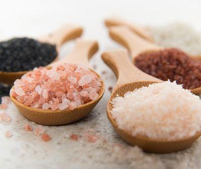 Sól do kąpieli jest dobrym sposobem na zrelaksowanie się po całym dniu ciężkiej pracy.