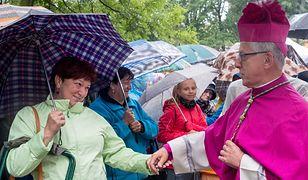 Umiar w zakupach i propagowanie zakazu aborcji. Tego od kobiet chcą biskupi
