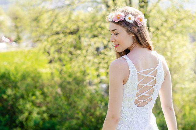 Sukienki, bluzki lub kombinezony z odkrytymi plecami pięknie prezentują się latem
