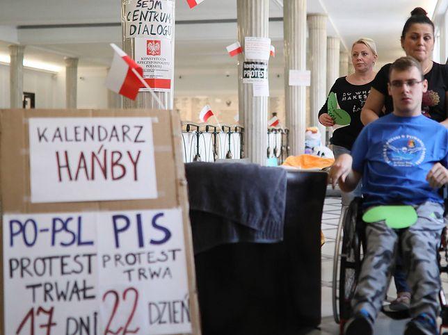Opiekunowie niepełnosprawnych w Sejmie protestują czwarty tydzień