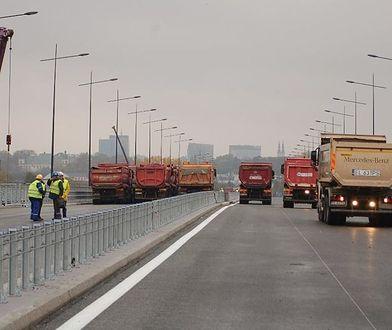 Na Most Łazienkowski wyjechały pierwsze samochody