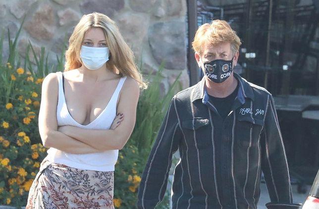 Sean Penn na spacerze z żoną