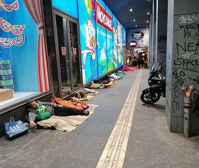 W słynnej dzielnicy Aten bezdomnych spotkasz na każdym kroku