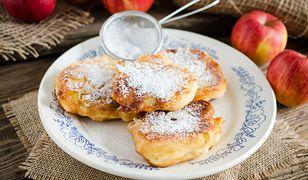 Racuszki z jabłkami posypane cukrem puderm