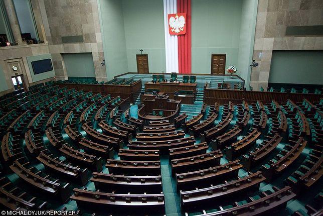 Z najnowszego sondażu CBOS wynika, że do Sejmu dostana się tylko cztery partie