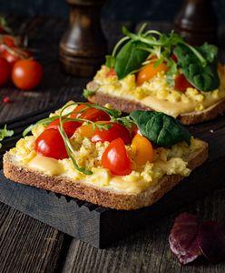 Tost na śniadanie i kolację. Pyszne przepisy na tosty