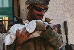Żołnierz z dzieckiem na rękach. Zdjęcie poruszyło internautów na całym świecie