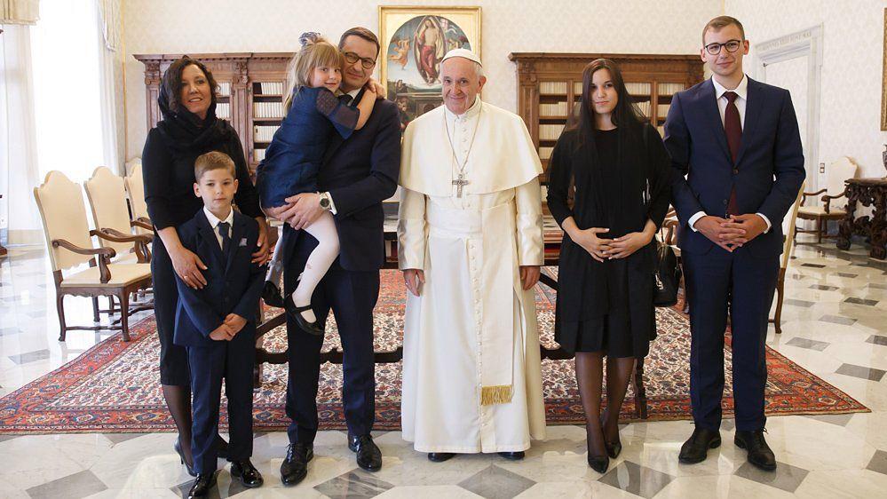 Morawiecki z rodziną u papieża. Żona i starsza córka w czarnych mantylkach