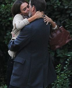 ''How to Make Love Like an Englishman'': Tydzień temu Brosnan całował Albę, teraz całuje Hayek!